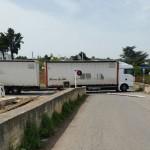 Sequestro SS 172. Un camion sfonda il passaggio a livello