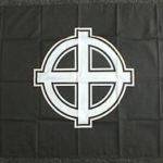 Espose la bandiera con la croce celtica. Per il gip non è reato