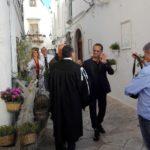Uccio De Santis e la compagnia del Mudù a Locorotondo per la sigla dell'8^ edizione
