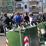 Taranto. Protesta contro la produzione di Netflix: alcuni commercianti hanno chiesto dei soldi alla produzione