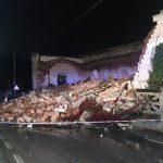 Crolla costruzione in via Taranto. Coinvolta un'auto, nessun ferito